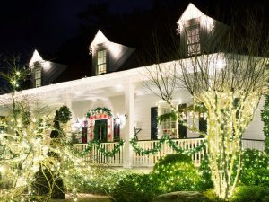 BPF_holiday-house_exterior_nighttime_curb_appeal_consistent_stopping_points_branches_h.jpg.rend.hgtvcom.1280.960